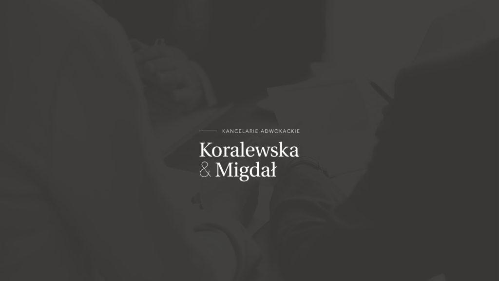 Koralewska & Migdał – logo na ciemnym tle